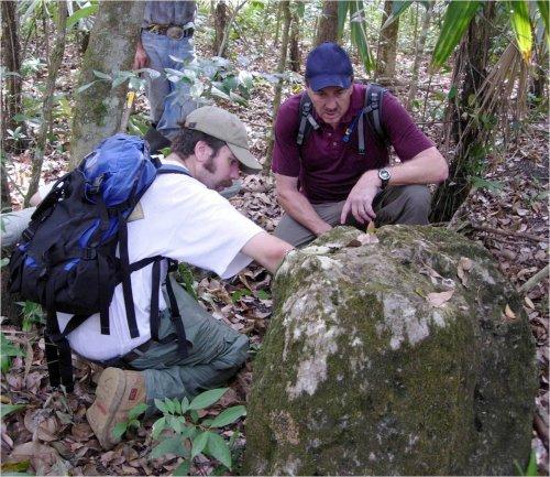 Arqueologos Tom Server y Rob Griffin en la jungla guatemalteca.